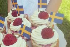 Rulltårta med jordgubbar och vaniljkräm